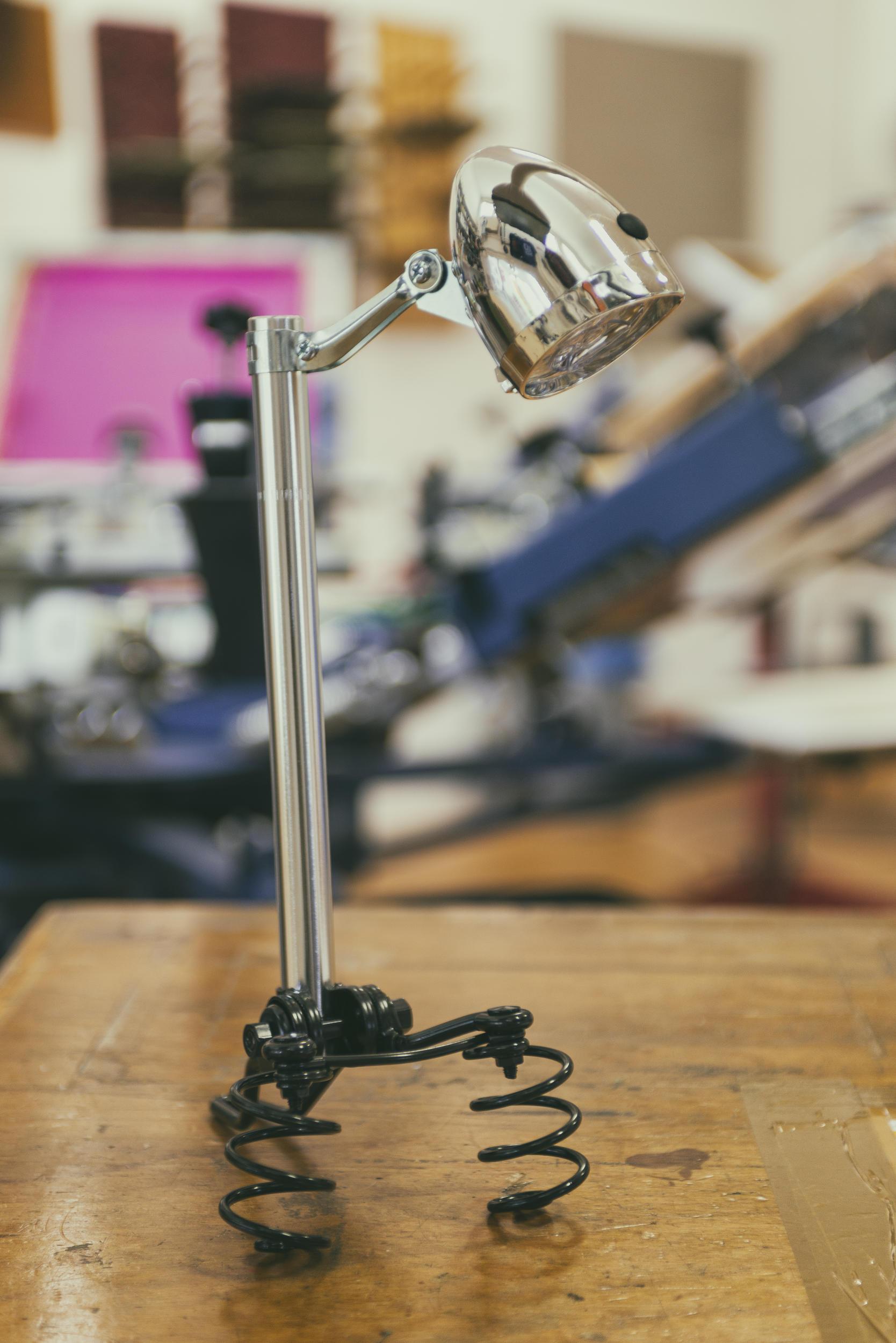 Lamp van oude fietsonderdelen voor verkoop